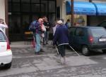 Zbiranje pohodnikov pred občino Horjul