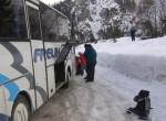Z avtobusom smo se pripeljali v Tamar, Niko se je še s  šoferjem dogovoril.