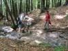 Zaradi obilnega deževja v prejšnjih dneh je bilo potokov in  potočkov na pretek. Romanove dolge noge so prišle še kako prav.