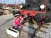 Medtem je Rebeka preizkusila trdnost vlečne kljuke na  razstavni lokomotivi
