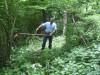 Janez je pred tem že pokosil pot iz Zaklanca na Slevico, sedaj  pa še tu in pregleda, če je pot primerno speljana.